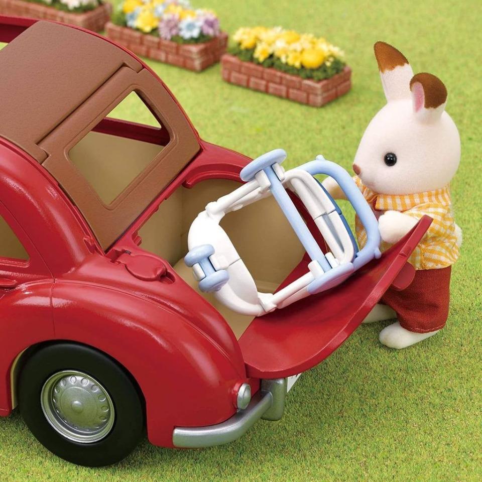 Obrázek 2 produktu Sylvanian Families 5448 Rodinné cestovní auto červené s kočárkem a autosedačkou