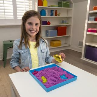 Obrázek 3 produktu Kinetic Sand Písečný zámek s formičkami a hrací vanou fialový 454g