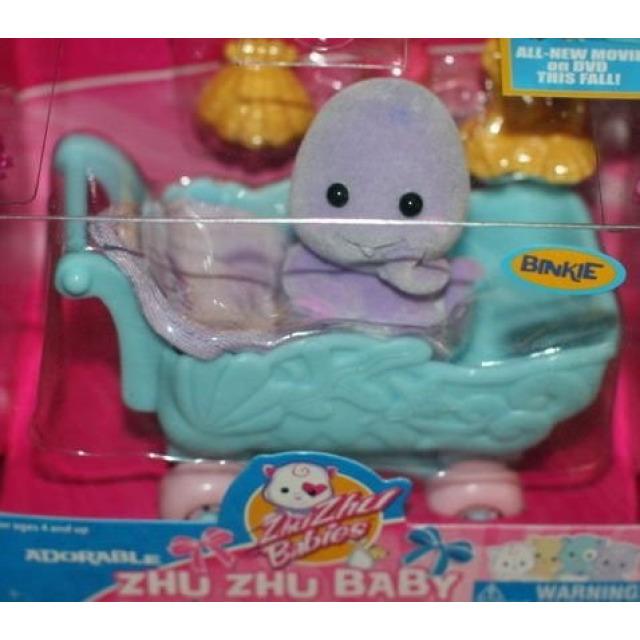 Obrázek produktu Zhu Zhu Babies Miminko v kočárku Binkie + 2 oblečky zdarma