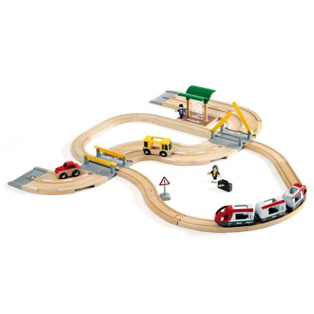 Obrázek produktu BRIO 33209 Vláčkodráha s osobním vlakem, závorami a přejezdem